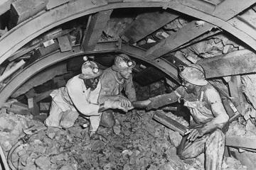 隧道工人握手