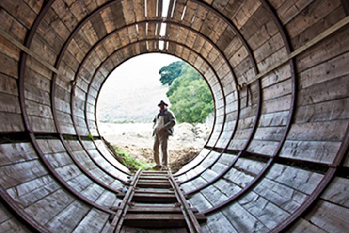 Nhân viên SFPUC đứng trong đường hầm