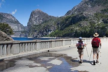 excursionistas caminando sobre la presa O'Shaughnessy