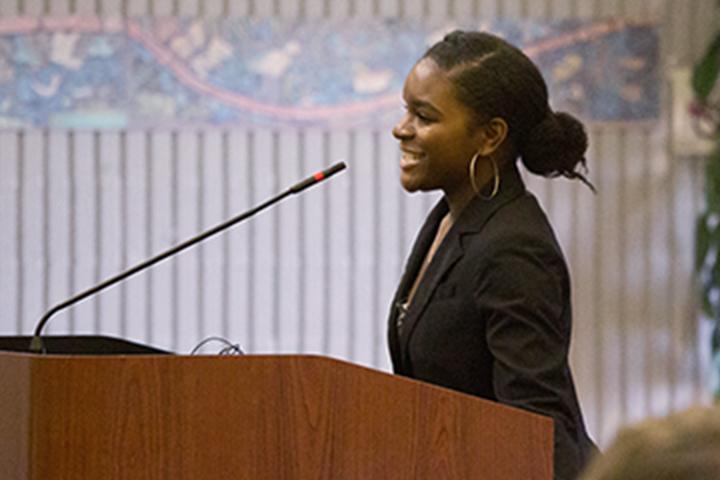 Người phụ nữ phát biểu trong cuộc họp hội đồng quản trị