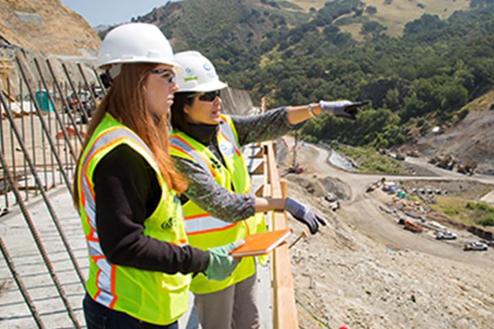Hai nữ công nhân xây dựng SFPUC