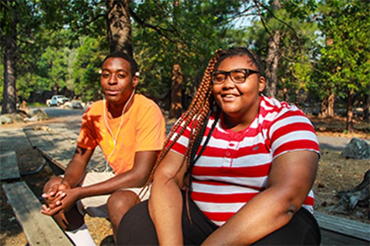 Hai thành viên cộng đồng thiếu niên