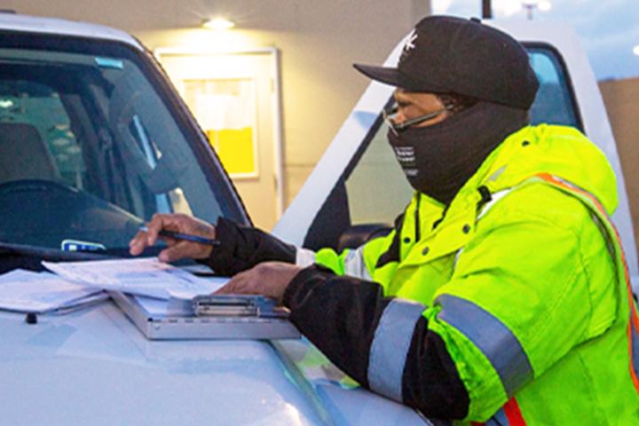 موظف SFPUC يملأ الأوراق