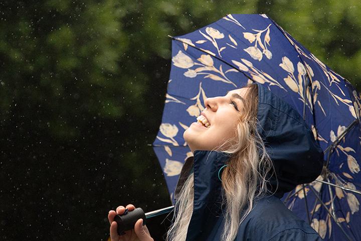 mujer con paraguas mirando al cielo