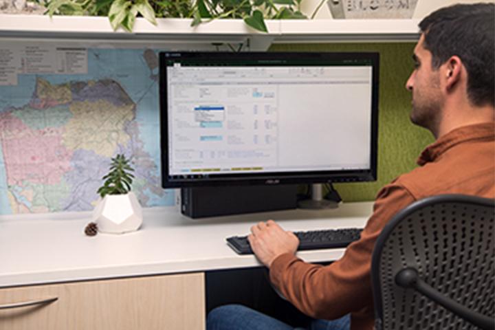 رجل يجلس على مكتبه يعمل على خطة