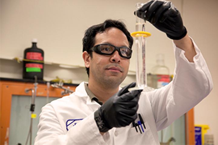 kỹ thuật viên phòng thí nghiệm kiểm tra mẫu nước