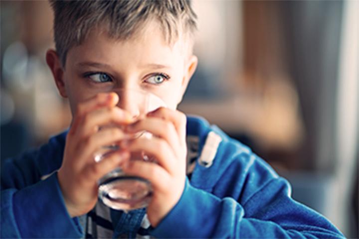 صبي يشرب ماء الصنبور