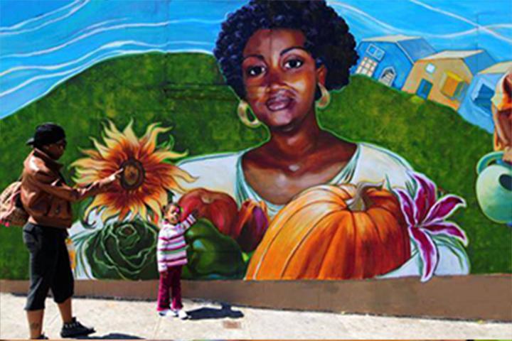 أعضاء المجتمع مع جدارية