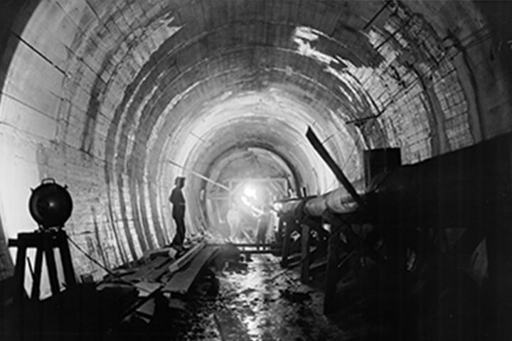 صورة تاريخية لعمال البناء في أنابيب كبيرة