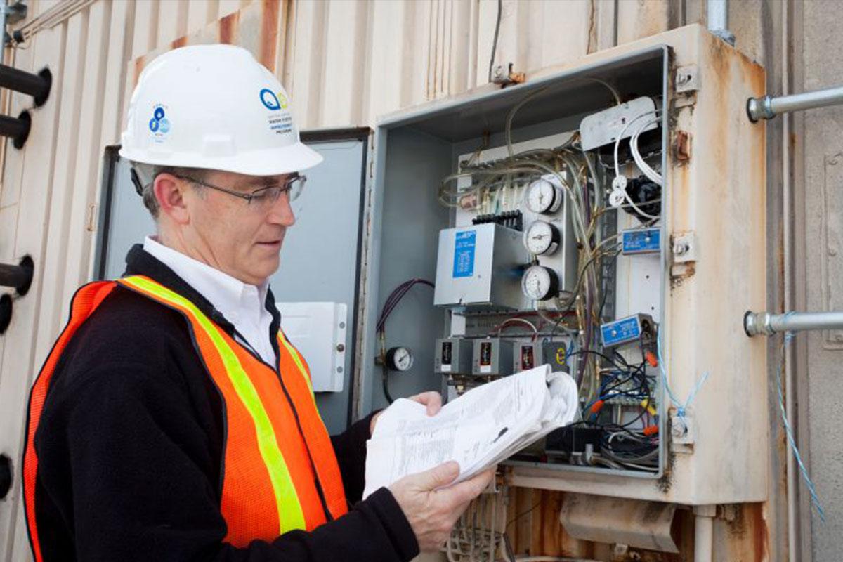 Un empleado de energía mira un panel.