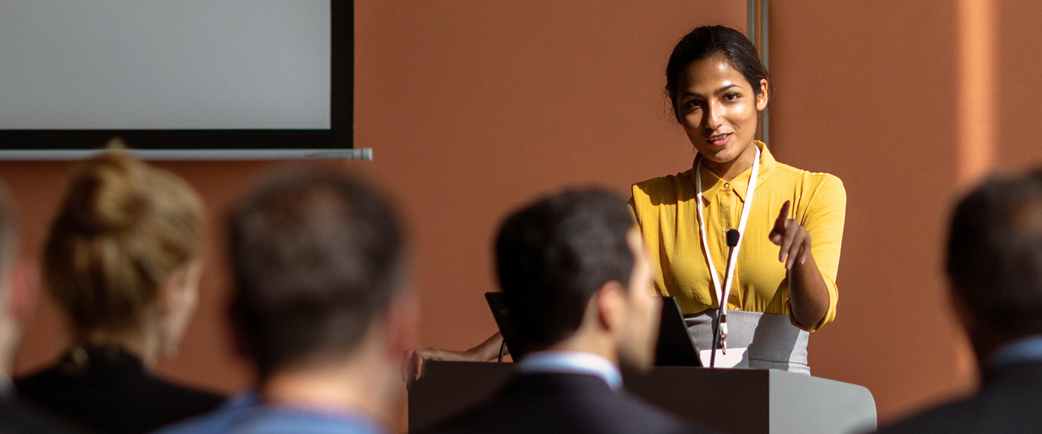 Người phụ nữ phát biểu tại cuộc họp công cộng