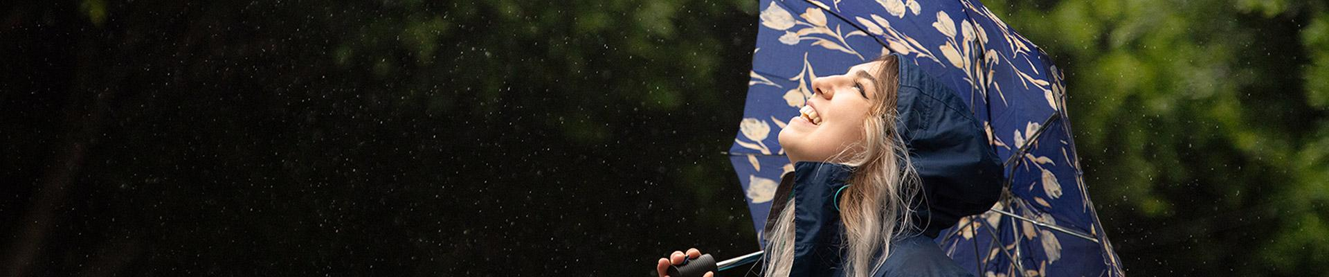 傘在雨中的女人