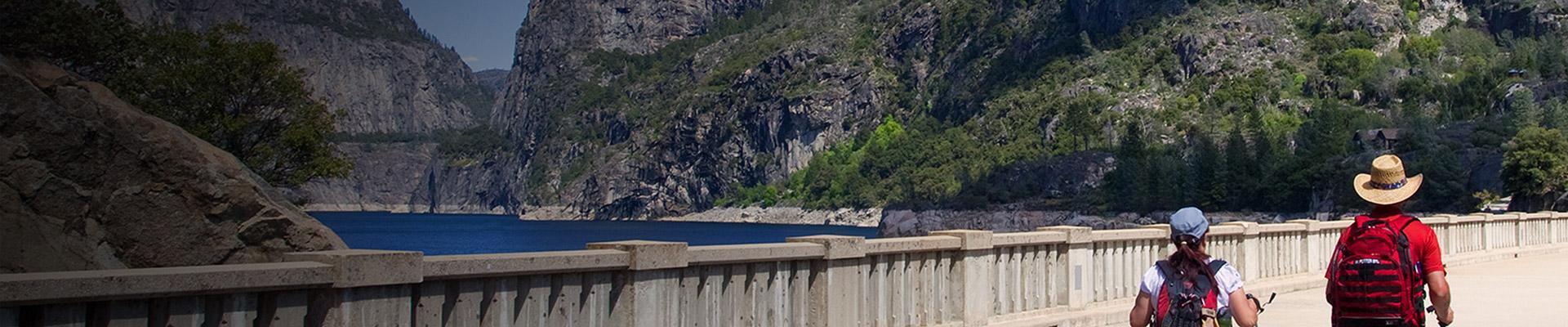Mag-asawa na naglalakad sa Hetch Hetchy Dam at Reservoir